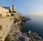 黎明在有尼斯的安地比斯在背景中 法国 免版税库存照片