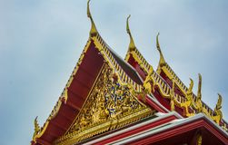 黎明寺寺庙金黄装饰的屋顶在泰国 图库摄影
