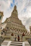 黎明寺巨大的佛教寺庙在曼谷,泰国 图库摄影