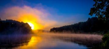 黎明有薄雾的河 免版税库存图片