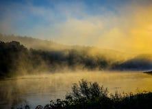 黎明有薄雾的河 库存照片