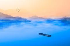 黎明湖月亮南投星期日台湾 免版税库存照片