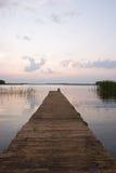 黎明空的湖码头 库存图片
