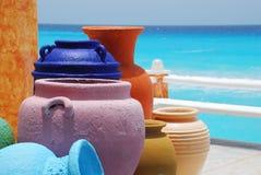黏土五颜六色的罐 免版税库存图片