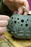 黏土人员处理花瓶 免版税图库摄影