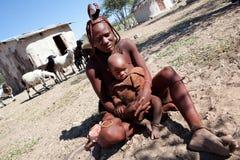 黏土头发himba红色未认出的妇女 库存照片