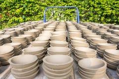 黏土手工制造碗行在太阳烘干了 库存照片