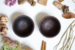 黏土瓦器 在whi的装饰黑褐色陶瓷 免版税图库摄影