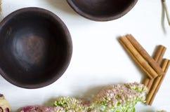 黏土瓦器 在whi的装饰黑褐色陶瓷 库存图片