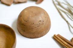 黏土瓦器 在whi的装饰黑褐色陶瓷 免版税库存图片