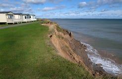 黏土由海的峭壁侵蚀 图库摄影