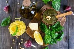黏土碗新鲜的意大利蓬蒿pesto调味汁 免版税库存照片