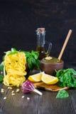 黏土碗新鲜的意大利蓬蒿pesto调味汁 免版税库存图片