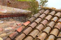 黏土老模式屋顶西班牙瓦片 库存图片