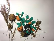黏土造型头骨和南瓜与万圣夜节日概念 免版税库存图片