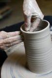 黏土陶瓷工工作 库存图片