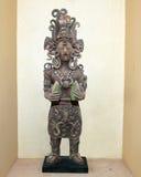 黏土雕象古老玛雅举行的玉米 图库摄影
