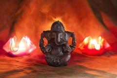 黏土diya灯点燃了与Ganesha阁下在屠妖节庆祝时 贺卡设计印地安印度轻的节日叫屠妖节 免版税库存照片