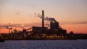 黏浆状物质和造纸厂`在日落的Sunila ` 城市芬兰kotka横向公园岩石sapokka视图 股票录像