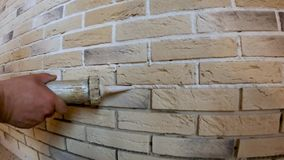 黏着性联接,胶合在墙壁上的装饰石头,墙壁设计的 股票视频
