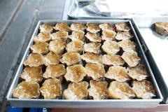 黏米饭蛋糕用被遮蔽的椰子在Bangrak,曼谷,泰国填装了,出售的Khanom Keng 免版税库存图片