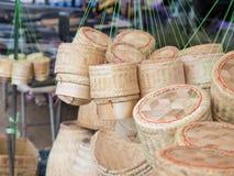 黏米饭骗局咒语的Checkertainer,米篮子竹子编织的箱子, 免版税图库摄影