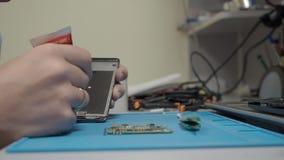 黏附与胶浆的智能手机零件 影视素材