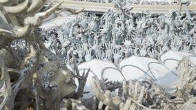黏附出于地面的人的手雕塑,象从地狱 艺术吸引力美好的chiang文化精美khun rai rong任务寺庙泰国wat白色 股票视频