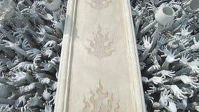黏附出于地面的人的手雕塑,象从地狱 艺术吸引力美好的chiang文化精美khun rai rong任务寺庙泰国wat白色 股票录像