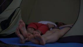 黏附在小圆顶帐篷门外面的对赤脚,当睡觉,休息时 股票视频