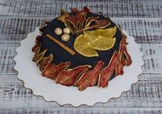 黑丝绒蛋糕用被治疗的梨、桔子、坚果和桂香 免版税库存照片