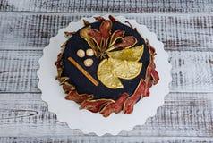 黑丝绒蛋糕用被治疗的梨、桔子、坚果和桂香 库存照片