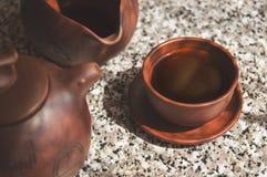 黑中国人Puerh茶在黏土杯子酿造了 铈的构成 免版税图库摄影