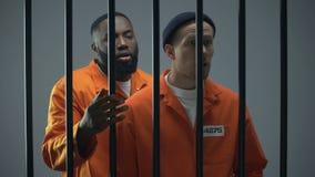 黑人和白种人囚犯囚犯争吵与邻居,过度拥挤 股票视频