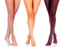黑人和白种人女孩的长的妇女腿 免版税库存照片