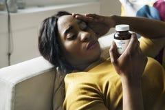 黑人妇女头疼和睡觉 库存图片