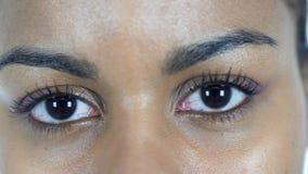 黑人妇女的眨眼睛眼睛 免版税库存图片