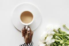 黑人妇女鸟瞰图喝在白色桌上的咖啡 库存图片