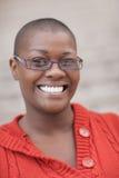 黑人微笑的妇女 免版税图库摄影