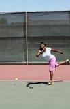 黑人微笑的摇摆的网球妇女 库存照片