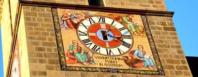 黑人教会的老时钟 城市布拉索夫,特兰西瓦尼亚,罗马尼亚的典型的都市风景 库存图片
