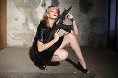 黑人枪妇女 免版税图库摄影