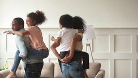 黑人父母背上给在家使用乘驾运载的孩子 影视素材