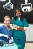 黑人白种人牙科医生不同种族的办公&# 库存图片