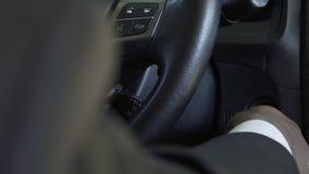 黑人的手发动汽车,司机特写镜头的昂贵的西装的 股票录像