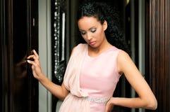 黑人礼服时装模特儿粉红色妇女 免版税库存照片