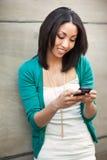 黑人texting的妇女 免版税库存照片