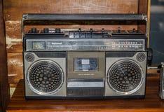 黑减速火箭的`全国` FM/AM立体声盒式带录音机收音机 库存照片