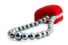 黑匣子礼品项链珍珠红色天鹅绒 库存图片