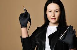 黑医学手套的钉子技术员与特别钉子和指甲的修指甲设备电雕刻师 免版税库存照片